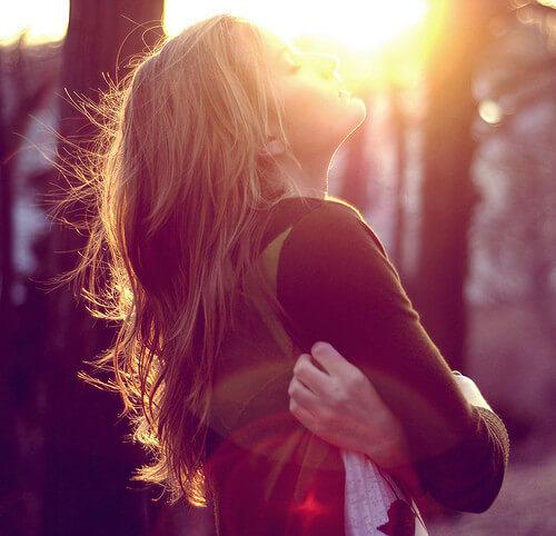 mulher autoconfiante se abraçando