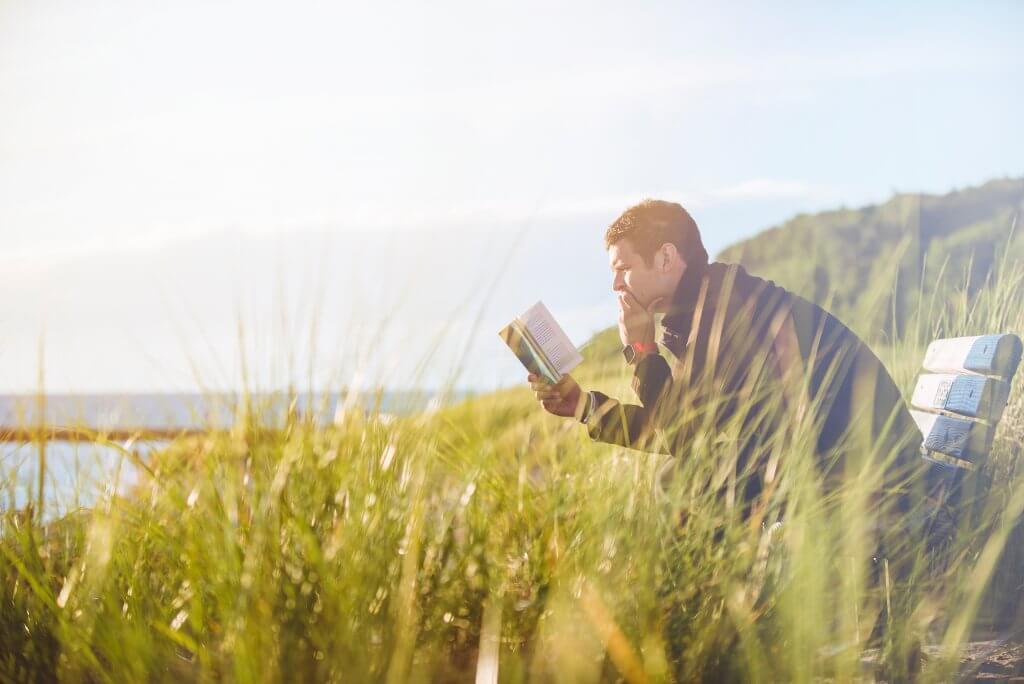 homem autoconfiante lendo