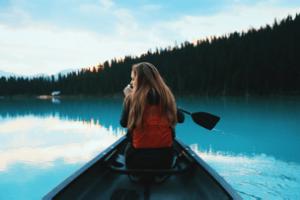 menina barco lago auto aceitação
