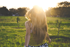 mulher no campo e sol auto aceitação