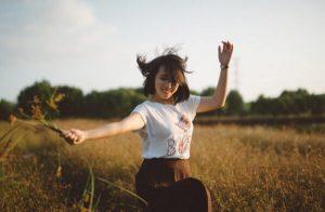 mulher feliz no campo auto aceitação