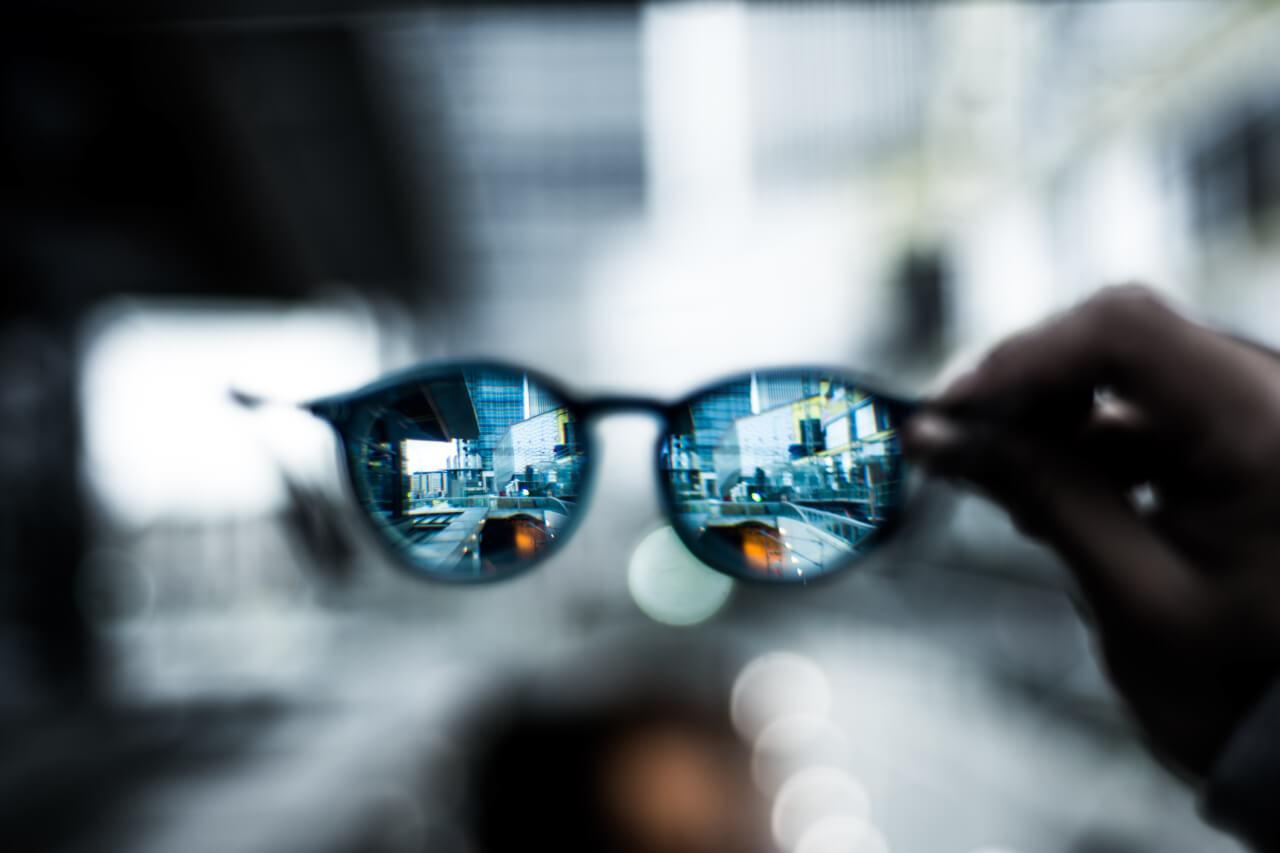 óculos refletindo auto aceitação